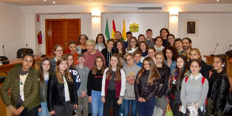 Alumnos de Erasmus + en el salón de Plenos barreño, este lunes