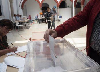 Un votante en Algeciras en una convocatoria anterior. Marcos Moreno