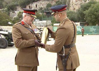 El Coronel Scott recibiendo la tradicional vaina de cañón a la conclusión del acto