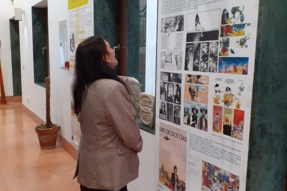 Encarni Sánchez contempla un panel de la exposición