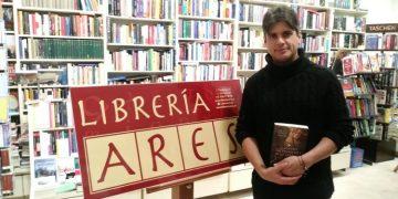 Juan Luis Gomar, en la librería Ares