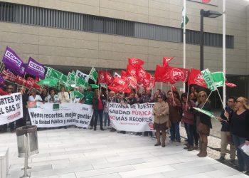 Protesta de los sanitarios a las puertas del hospital de La Línea