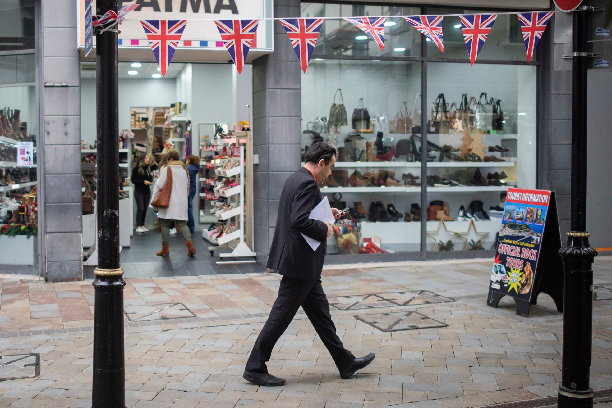 Un ciudadano pasea por una de las calles gibraltareñas. Marcos Moreno