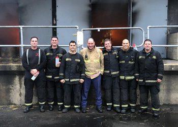 Equipo de bomberos del Peñón asistentes al curso con uno de los profesores