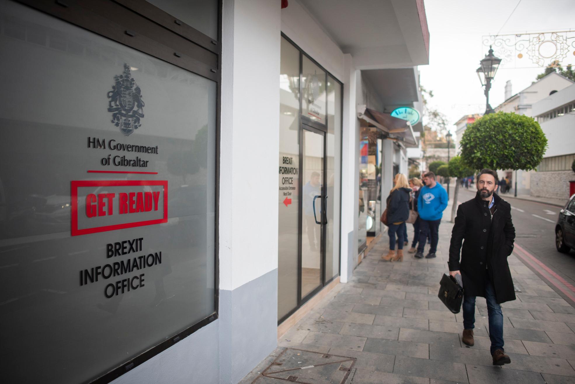 Un ciudadano pasa junto a la Oficina del Brexit. Marcos Moreno