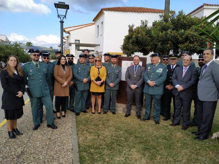 Autoridades civiles y militares, en torno al monolito
