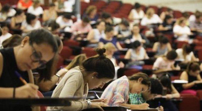 Estudiantes. en pleno examen