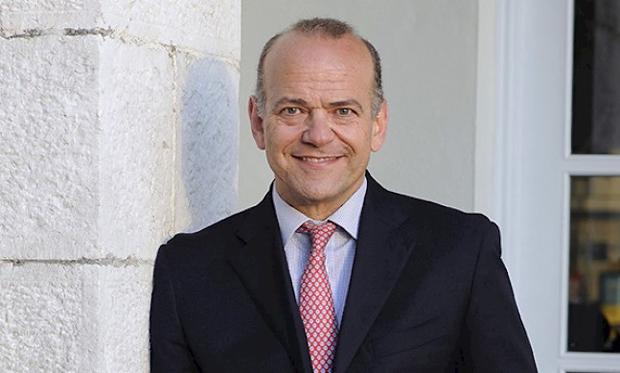 Albert Ísola Ministro de Servicios Financieros